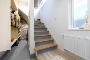 玄関の広々クローゼット  階段下の収納は、靴を始め小物もたくさんしまえてすっきり玄関