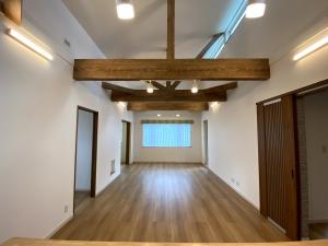 キッチンから見たリビング  高い天井で開放感のあるリビング