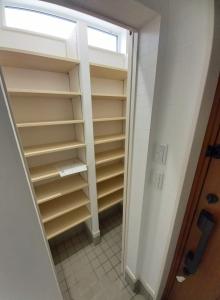 シューズクローゼット  玄関横のシューズクローゼット。大容量の靴などが収納できるので玄関はスッキリ